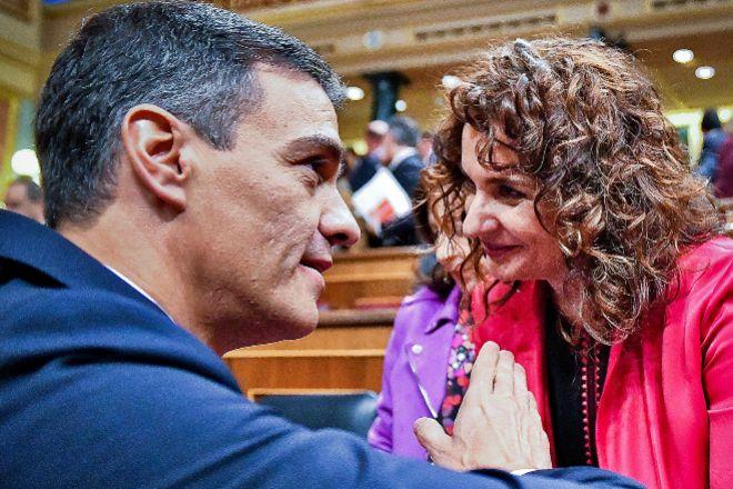 La ministra de Hacienda, María Jesús Montero, junto con el presidente del Gobierno, Pedro Sánchez.