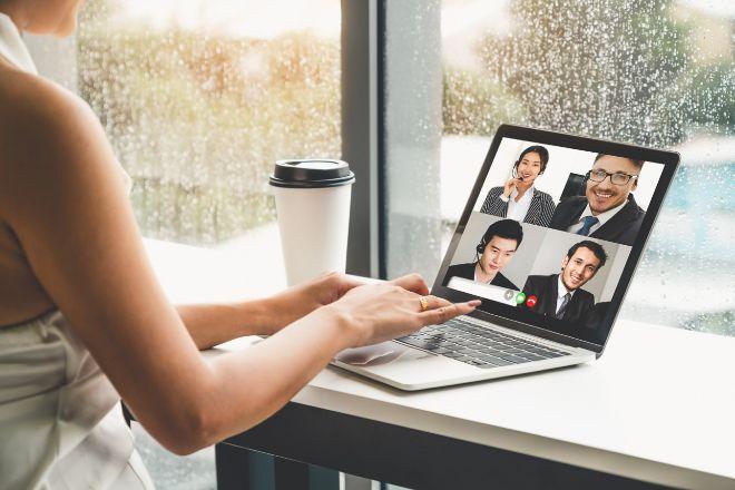 Cuando los nuevos empleados inician su primer día en la oficina online, los departamentos de recursos humanos les bombardean con vídeos de bienvenida de directivos e invitaciones a relacionarse virtualmente con los compañeros.
