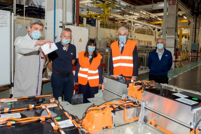 El director de la factoría, Ignacio Bueno -segundo por la izquierda- durante la visita de los conselleiros de la Xunta esta mañana.