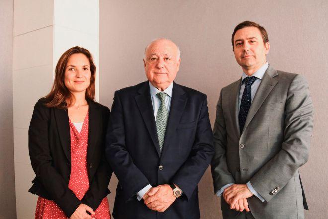 De izqda. a dcha., Patricia Mariscal, Luis Bardají y Gonzalo Núñez.