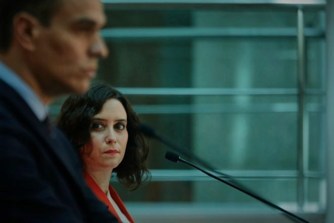 La presidenta de la Comunidad de Madrid, Isabel Díaz Ayuso, ayer con el jefe del Ejecutivo durante la rueda de prensa tras su reunión en la sede de la Presidencia regional, en Madrid.
