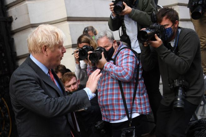 El Primer Ministro británico, Boris Johnson, hoy al salir de Downing Street y después de decretar el cierre de bares, restaurantes y pubs a las 22.00 ante el avance de la pandemia.