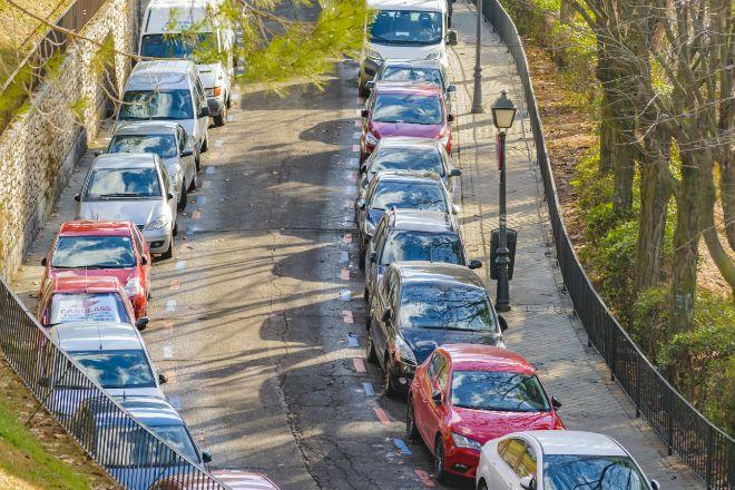 Coches aparcados en una calle de Madrid.
