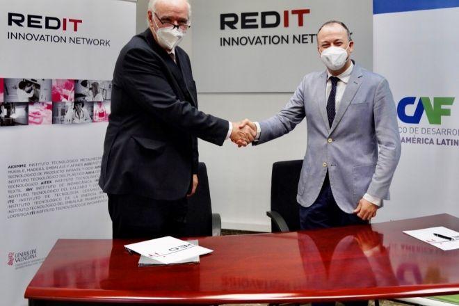 José Antonio García Belaúnde y Fernando Saludes, durante la firma del acuerdo.
