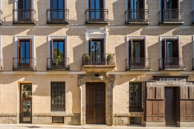Vivir en una casa histórica de Madrid con el lujo de hoy