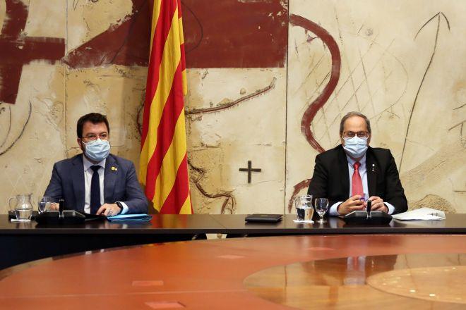 A la derecha, Pere Aragonès (ERC), que asumirá alguna de las funciones de Quim Torra después de que, por unanimidad, los magistrados del Tribunal Supremo hayan confirmado la sentencia que el pasado diciembre condenó al 'president' por desobediencia.