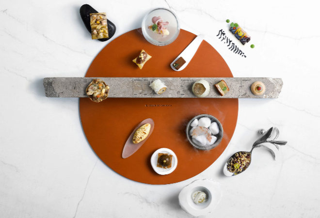 Timeline con los 15 bocados que representan los platos más icónicos de El Celler de Can Roca  y se ofrecen como entrantes al menú principal.