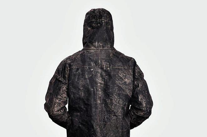 Disponible en plata o negro, incluye capucha.