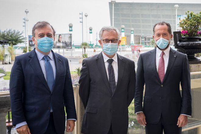 El consejero delegado de Abanca, Francisco Botas; el CEO adjunto de Crédit Agricole, Xavier Musca, y el presidente de la entidad gallega, Juan Carlos Escotet.