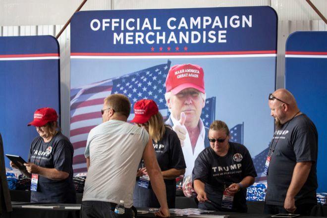 Las fábricas chinas hacen su agosto elaborando y vendiendo merchandising de Trump