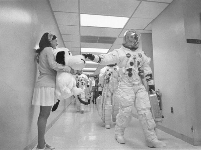Snoopy se despide y desea suerte al astronauta Thomas Stafford antes de embarcar en la misión Apolo X el 18 de mayo de 1969.