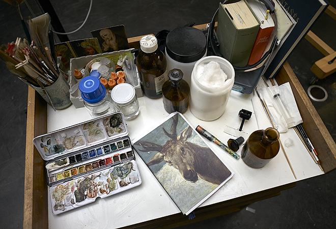 Mesa con los disolventes y acuarelas usados en el proceso de limpieza y reintegración.