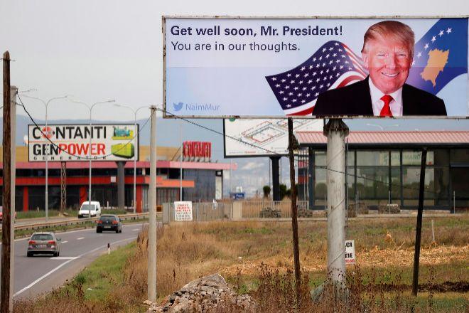 Un cartel en apoyo a Trump en Slatina, Kosovo.