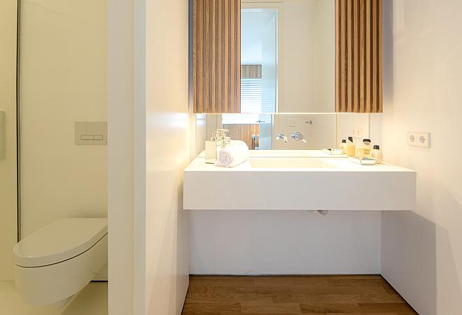 Uno de los cuartos de baño, luminosos y terminado en madera y mármol.
