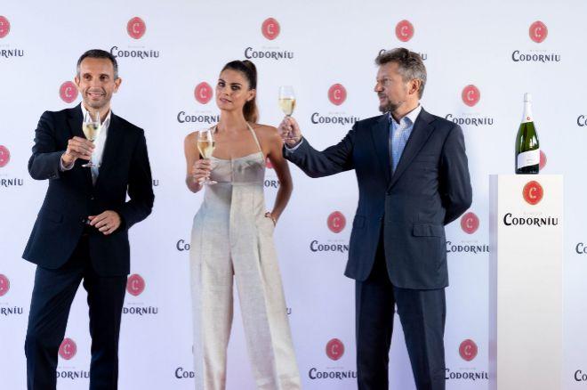 De izquierda a derecha: el CEO de Raventós Codorníu, Sergio Fuster, la actriz Amaia Salamanca y el Director de Marketing de la compañía, Emmanuel Pouey.