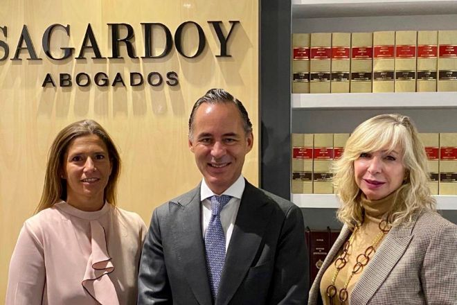 De izqda. a dcha., Ana Garicano, directora de inmigración de Sagardoy Abogados; Iñigo Sagardoy, presidente de Sagardoy Abogados; y Lydia Martínez, CEO de Steps Relocation.