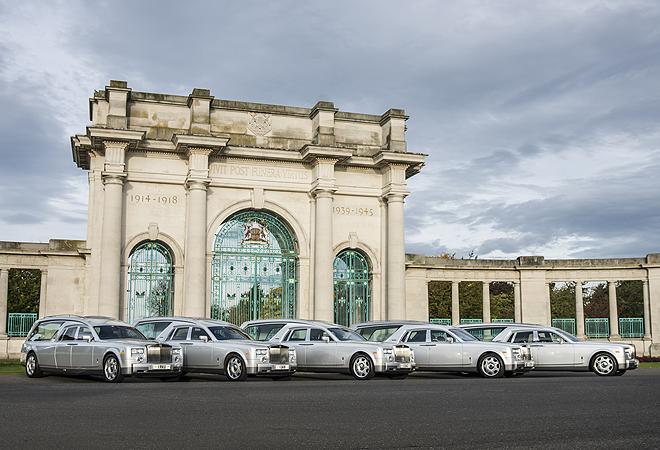 Cinco de los siete Rolls Royce Phantom VII habilitados como coches fúnebres. La modificación de la carrocería la hace una empresa italiana.