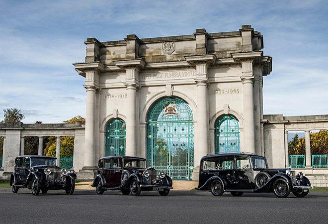 AW Lymn también tiene tres Rolls Royce 25/30 en su flota, uno de los cuales es adecuado para el transporte de ataúdes.  Rolls Royce produjo este modelo entre 1936 y 1938.