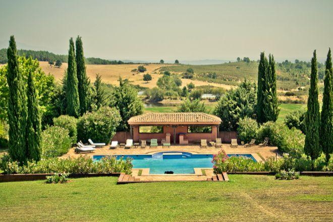 Esta Finca en La Vera (Extremadura) tiene espectaculares vistas a la sierra de Gredos, una casa principal con ocho habitaciones y de cuatro más en la casa de invitados.