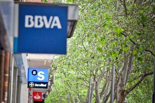 Logos de distintos bancos en sucursales de Madrid.