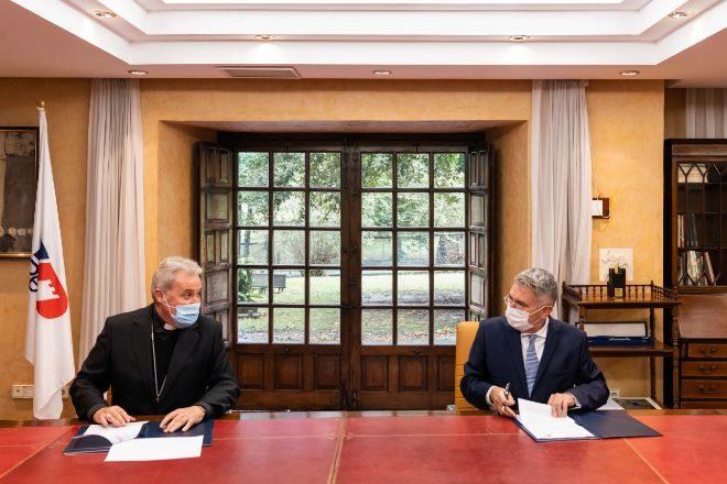 El obispo 'saliente' de Bilbao, Mario Iceta, y el presidente de Petronor, Emiliano López Atxurra, durante la firma del acuerdo solar.