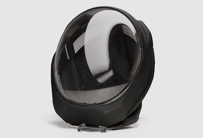 La pantalla es acrílica, permite visión frontal total y se limpia con un paño de fibra