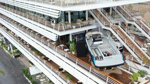 El Hynova 40, expuesto en una de las terrazas del Monaco Yacht Club.