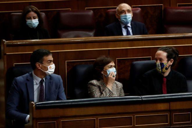 El presidente del Gobierno, Pedro Sánchez, la vicepresidenta primera, Carmen Calvo, y el vicepresidente segundo, Pablo Iglesias, ayer durante la sesión de control al Ejecutivo en el Congreso de los Diputados.