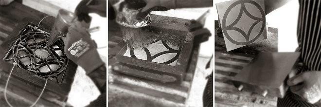 Encajada en el molde, el artesano rellena cada celdilla de la trepa con el color elegido. Se cubre de arena para absorber la humedad y se introduce en la prensa hidráulica. Se extrae la baldosa del molde y se deja secar.
