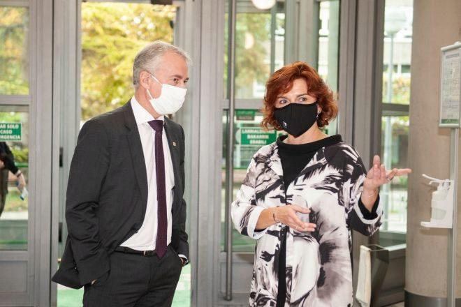 El lehendakari Urkullu conversa con la presidenta de la confederación de cooperativas vascas Konfekoop, Rosa Lavín, en la asamblea celebrada este miércoles en Vitoria.