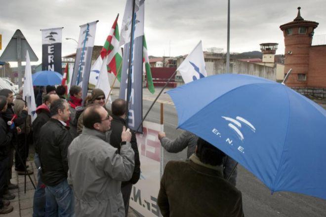 La transferencia de prisiones encabeza la lista de traspasos. En la imagen, foto de archivo de una concentración frente a la cárcel de Basauri.