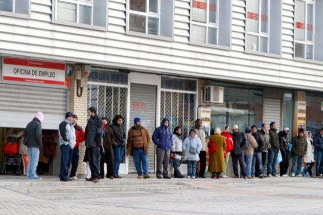 Varias personas forman cola ante una oficina de empleo en Madrid.