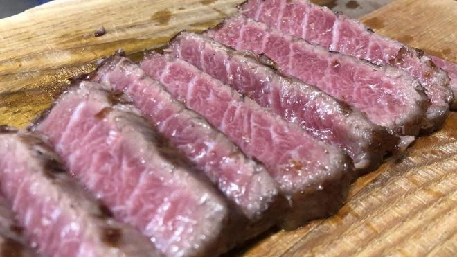 El atún se sirve poco hecho, en raciones de unos 300 gramos y precio al peso.
