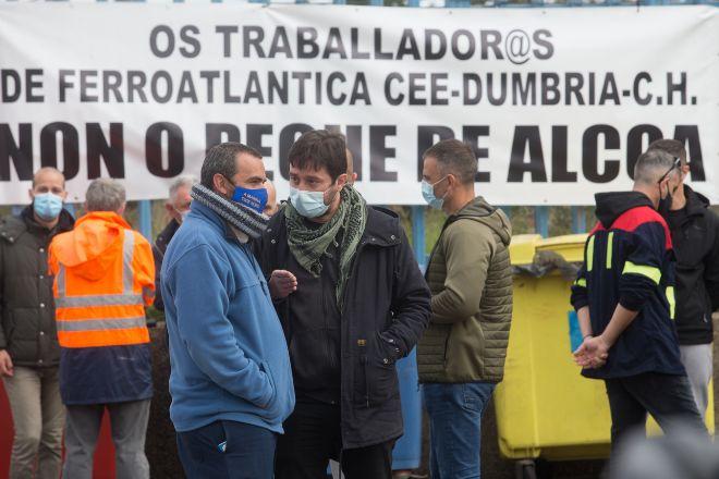 """Los trabajadores de Alcoa vuelven a cortar carreteras y llaman a una """"marcha masiva"""" en Lugo"""