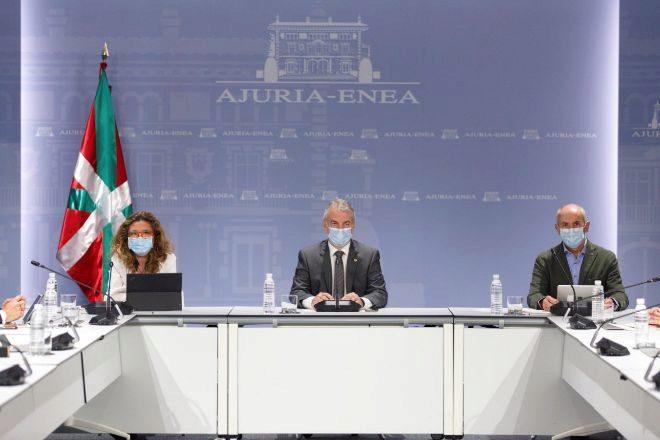 El lehendakari , Iñigo Urkullu (c), acompañado por los consejeros de Seguridad, Josu Erkoreka (d), y Salud, Gotzone Sagardui, durante la reunión del comité asesor que le asiste como director único del Plan de Protección Civil de Euskadi (LABI).