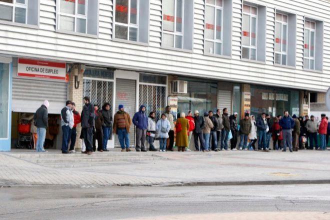 Más de 200.000 trabajadores podrían ir al paro antes de fin de año al decaer el compromiso de empleo de los ERTE