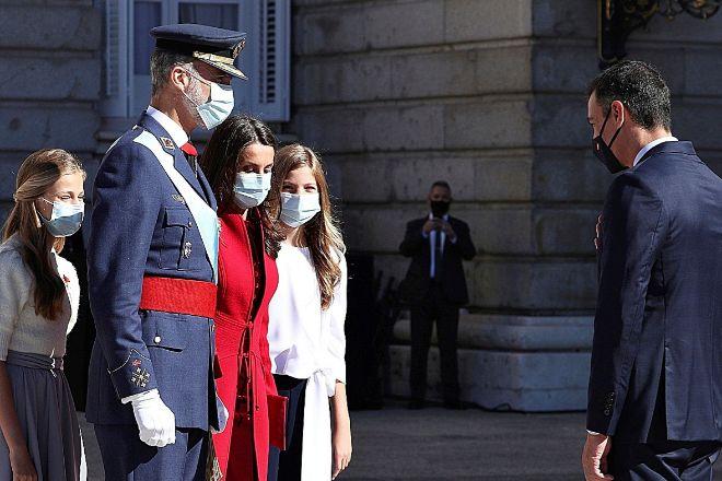 Los Reyes y las infantas Leonor y Sofía saludan al presidente del Gobierno, Pedro Sánchez, el pasado 12 de octubre.