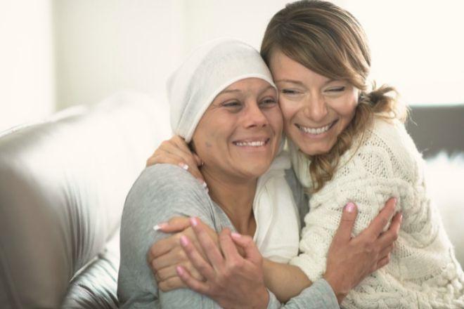 Madre he hija afrontando un cáncer. Imagen de Farmainsutria.