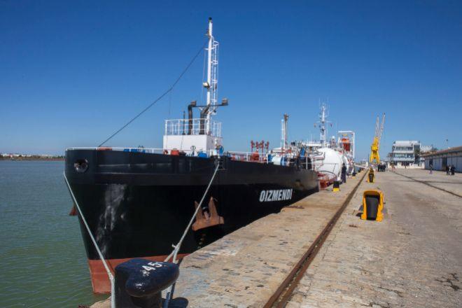 El buque 'Oizmendi', de Itsas Gas, en el Puerto de Huelva.