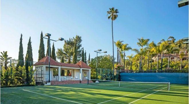 La casa incluye una pista de tenis.