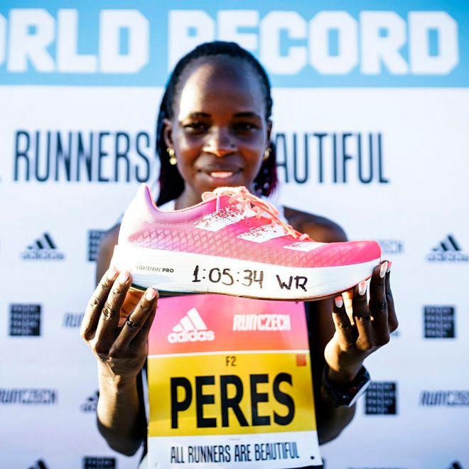 La atleta keniana Peres Jepchirchir sostiene la Adizero Adios.