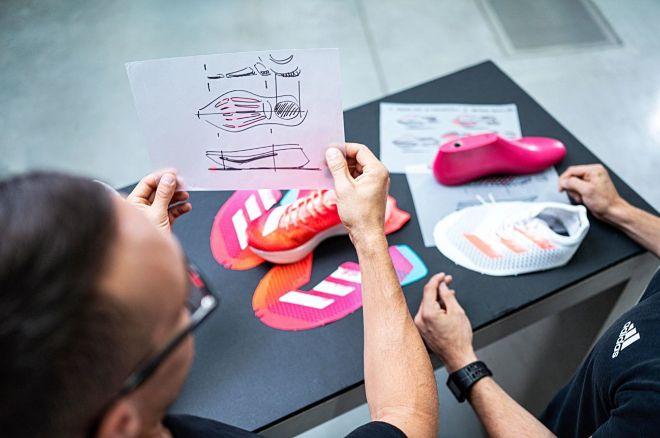 El equipo de diseño trabaja con el boceto con las distintas partes de la Adizero Adios Pro.