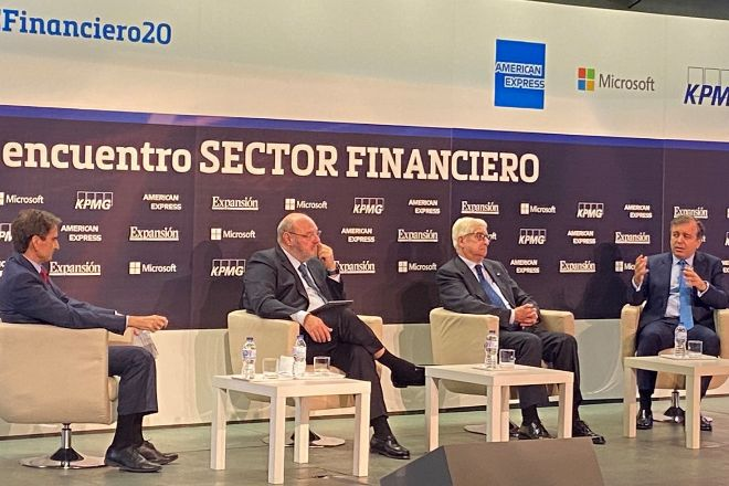 Francisco Botas, consejero delegado de Abanca -primero por la derecha- en el XI Encuentro Financiero de Expansión y KPMG.