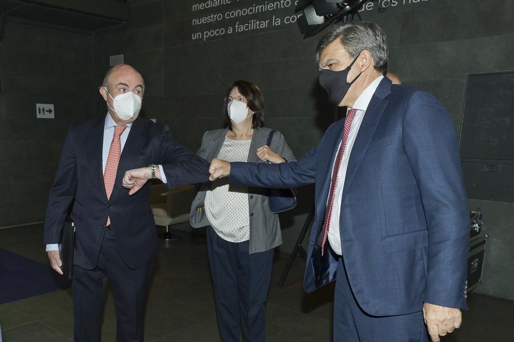 Luis de Guindos, vicepresidente del BCE; Ana I. Pereda, directora de...