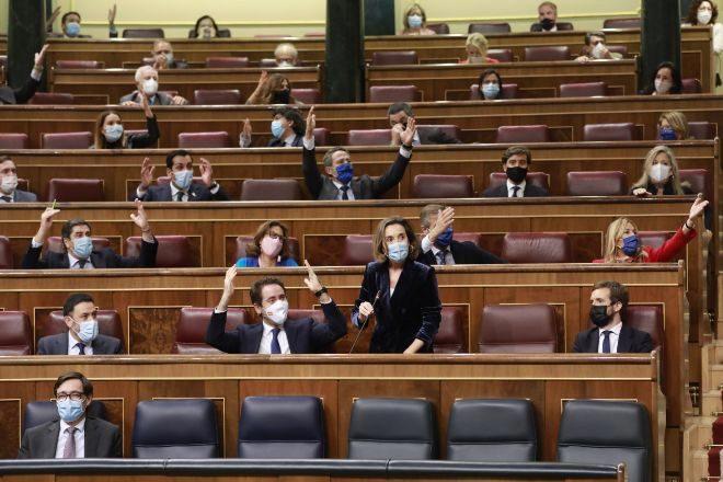 La portavoz del PP en el Congreso, Cuca Gamarra, interviene durante una sesión de control al Gobierno en el Congreso de los Diputados.