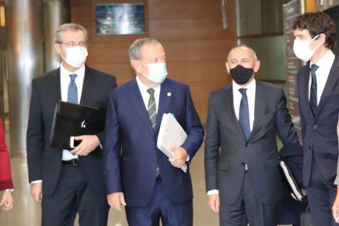 El consejero de Hacienda Pedro Azpiazu (segundo por la izquierda) junto a -de izquierda a derecha,los diputados generales de Gipuzkoa, Markel Olano; Alava, Ramiro González, y Bizkaia, Unai Rementeria.