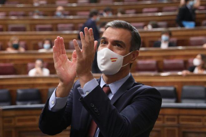 El presidente del Gobierno, Pedro Sánchez, aplaude tras su intervención en una sesión plenaria en el Congreso de los Diputados.