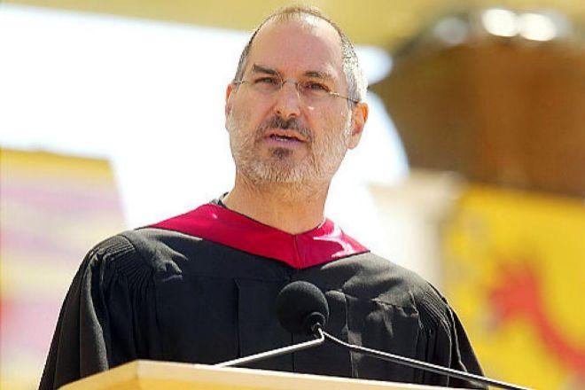 """Steve Jobs (1955-2011) solía ejercer de maestro de ceremonias de las presentaciones de producto de Apple. De entre todos sus discursos, el más célebre es el que impartió en 2005 en la ceremonia de graduación de la Universidad de Stanford. """"Stay hungry, stay foolish"""" (sigan hambrientos, sigan alocados). De apenas catorce minutos, requirió muchas horas de preparación y el asesoramiento por parte de su mujer o el guionista Aaron Sorkin, creador de 'The West Wing', 'The social network' y la película biográfica de Jobs. A Sorkin se le atribuye el haber sugerido la estructura de la intervención."""