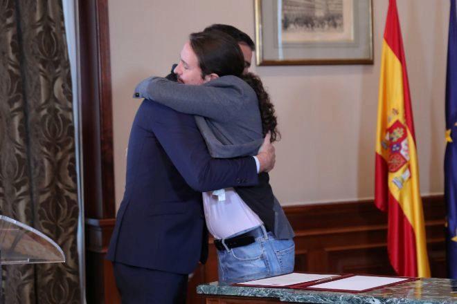 Pedro Sánchez y Pablo Iglesias se abrazan en el Congreso de los Diputados después de firmar el pacto para formar un Gobierno de coalición, el pasado 12 de noviembre.