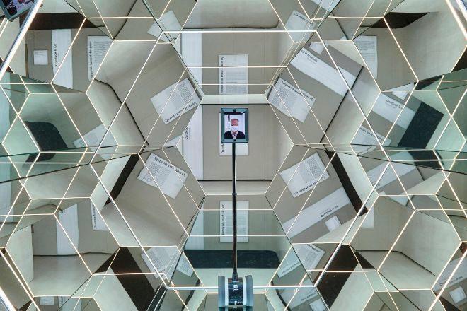 El robot 'Pilar' pasea por CaixaForum Zaragoza para mostrar el museo online.